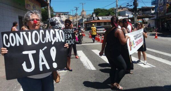 Aprovados em concurso fazem manifestação em Arraial