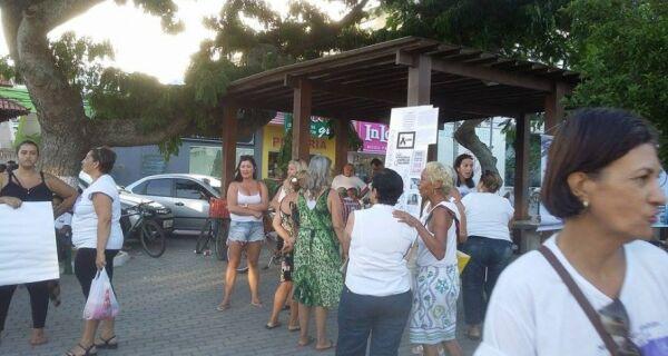 Mulheres protestam por morte de Joyce Santos em Arraial