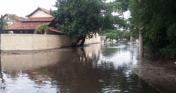 Chuva inunda ruas de Cabo Frio