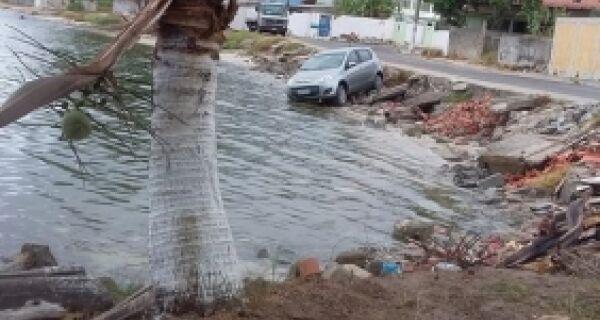 Carro cai na margem da Lagoa de Araruama