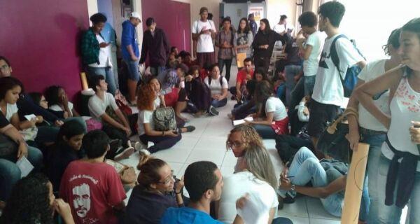 Alunos do Colégio Rui Barbosa fazem manifestação na Prefeitura de Cabo Frio