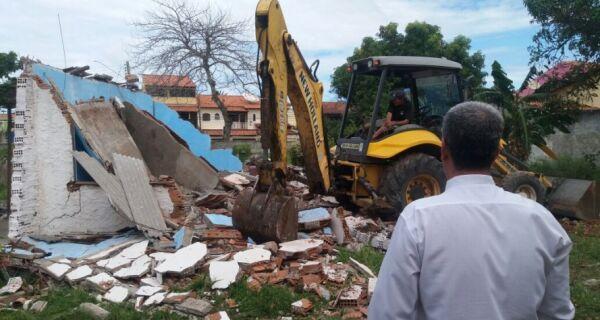 Prefeitura de Cabo Frio demole construções irregulares