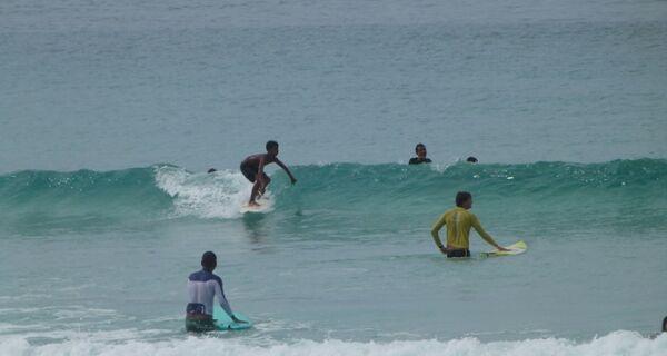 Campeonato de surfe leva estudantes à Praia do Forte