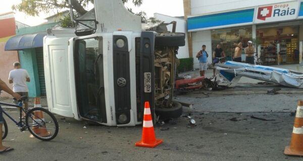 Camaro e caminhão colidem na Av. Teixeira e Souza