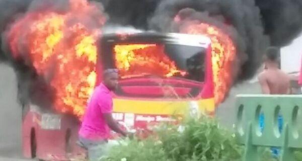 Polícia busca responsáveis por incendiar ônibus em Araruama
