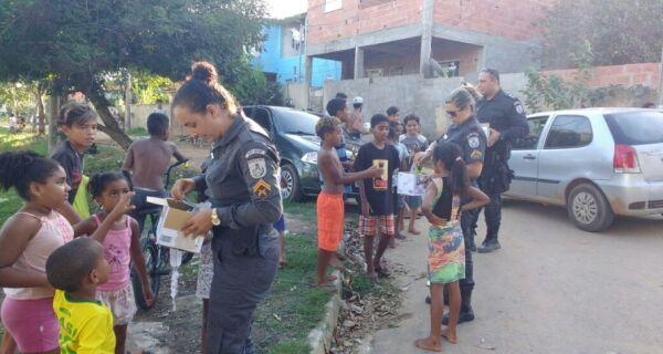 Policiais militares distribuem ovos de Páscoa em Búzios