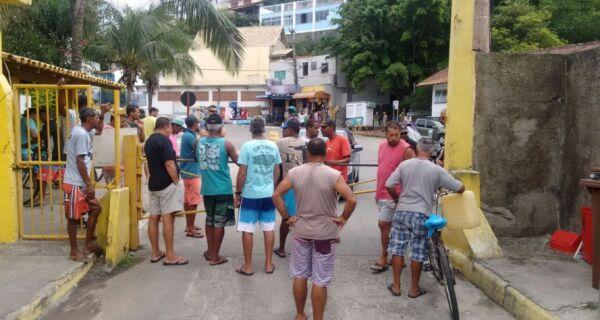 Pescadores protestam na Marina dos Anjos, em Arraial do Cabo