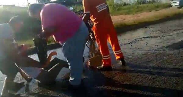Mulher cai de moto por causa de buraco na descida da Ponte Wilson Mendes
