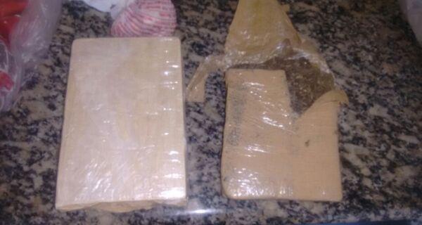 Polícia prende dois e apreende mais de 3.600 cápsulas de cocaína em Arraial do Cabo