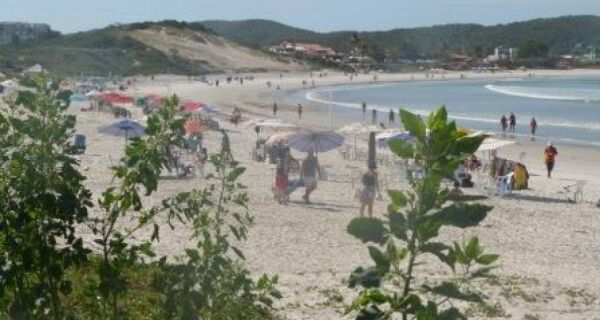 Dia ensolarado e sem ressaca na Praia do Forte