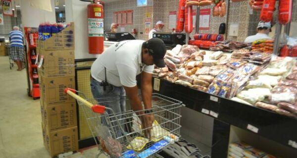 Operação do Procon apreende alimentos fora da validade em Arraial