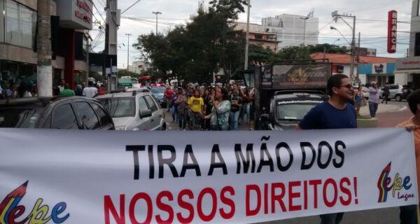Educação protesta pelas ruas de Cabo Frio nesta segunda (12)