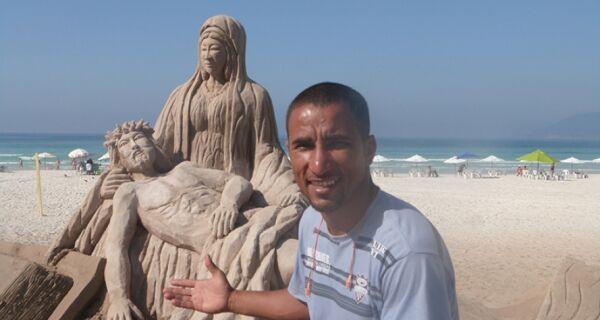 Escultor carioca faz sucesso na Praia do Forte