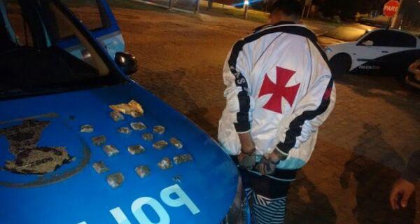 Polícia prende homem com drogas na Praça Santos Dumont, em Búzios