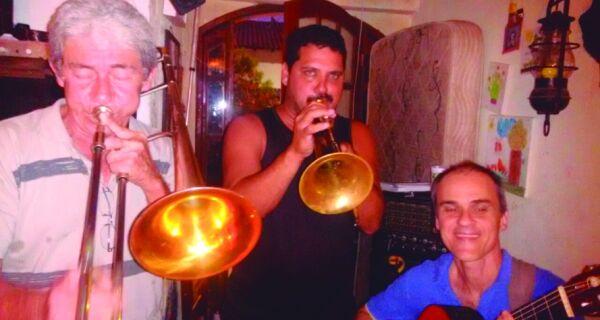 Músicos afinam instrumentos para show do 'Boteco & Chorinho'