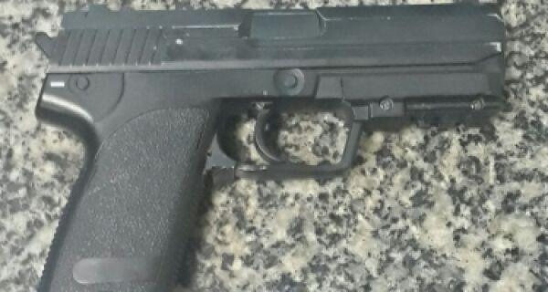 Homem é detido com réplica de pistola perto da Rodoviária de Cabo Frio