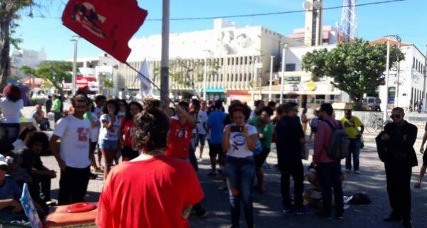 Manifestantes pressionam Governo Federal em crise