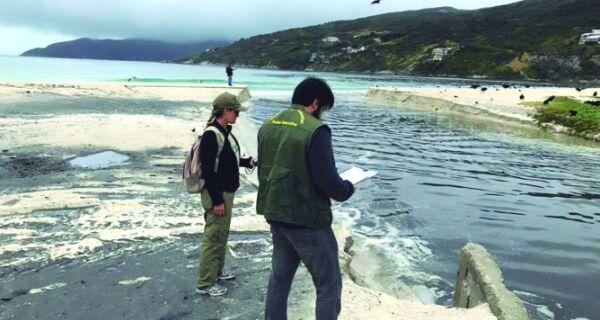 Arraial vai multar Prolagos por despejo de esgoto na praia