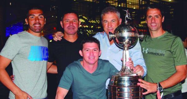 Henrique Da Silva é homenageado pelo Olimpia, do Paraguai