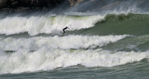 Mar agitado faz a festa dos surfistas na região