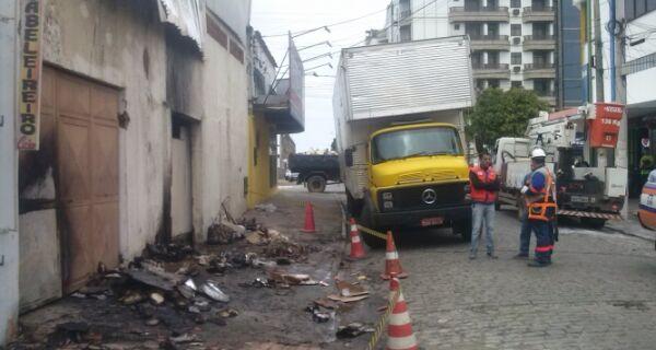 Perícia determinará causa de incêndio em depósito em até 30 dias