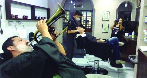 Barbearia vira ponto cultural em Cabo Frio