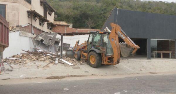 Edificações na Estrada do Guriri são demolidas por determinação judicial