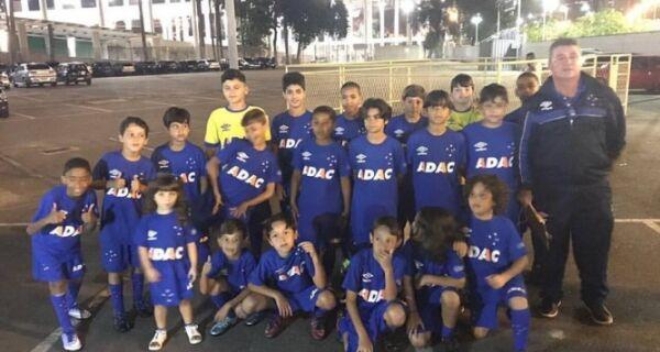 Alunos da Escola do Cruzeiro de Arraial entraram em campo com jogadores na Copa do Brasil