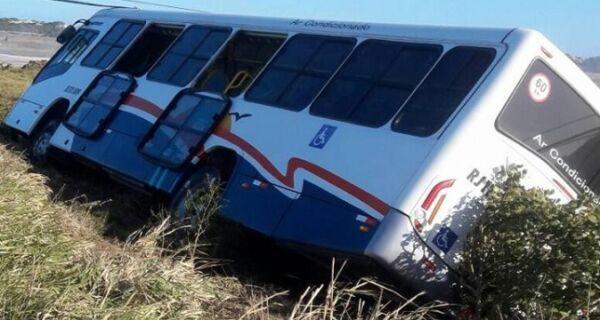 Ônibus bate em poste, tomba e deixa bairro sem luz em Arraial