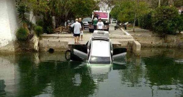 Carro cai dentro do Canal da Ogiva, em Cabo Frio