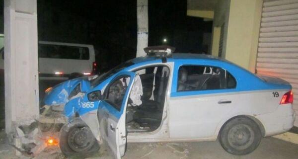 Criminosos atiram contra policiais, que batem viatura em poste