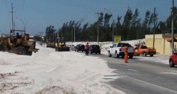 Prefeitura de Cabo Frio começa a tirar areia da pista