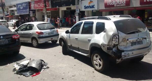 Em dia de trânsito complicado, acidente envolve quatro carros na Avenida Teixeira e Souza