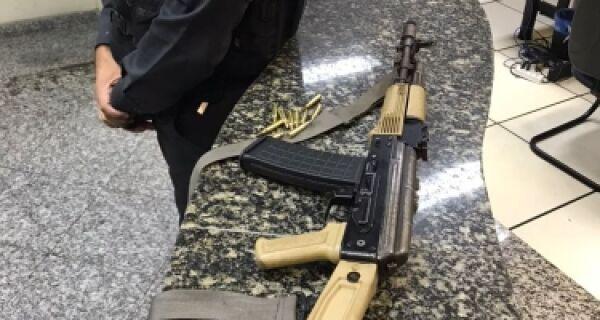 Polícia apreende fuzil na comunidade Rainha da Sucata