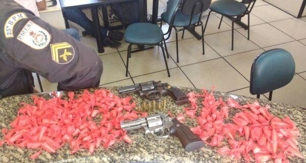 PM apreende mais de 200 cápsulas de cocaína, armas e prende irmãos em Arraial