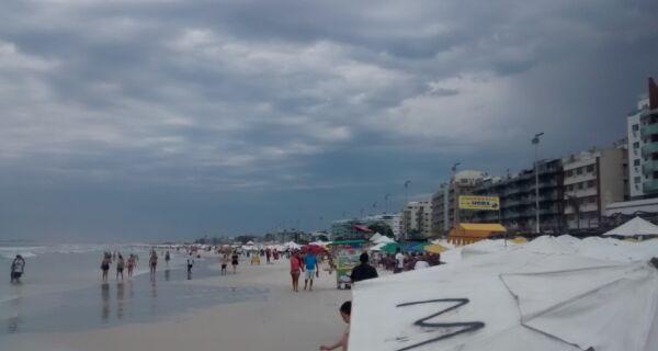 Céu encoberto não intimida banhistas na Praia do Forte