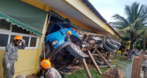 Caminhão invade escola e atinge muro de sala de aula em Iguaba Grande