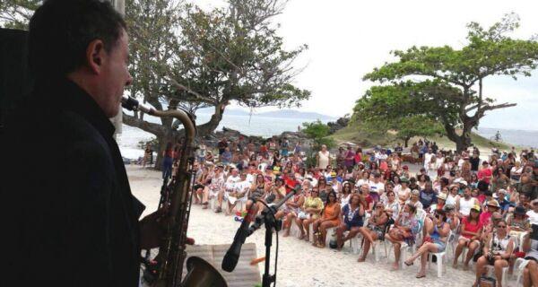 Concerto por Mariana emociona moradores e turistas em Cabo Frio