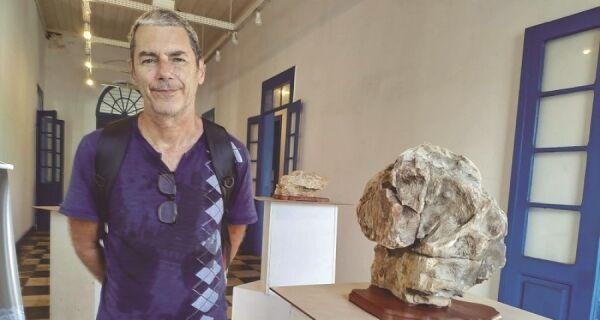 Bonsai e suiseki em exposição no Charitas