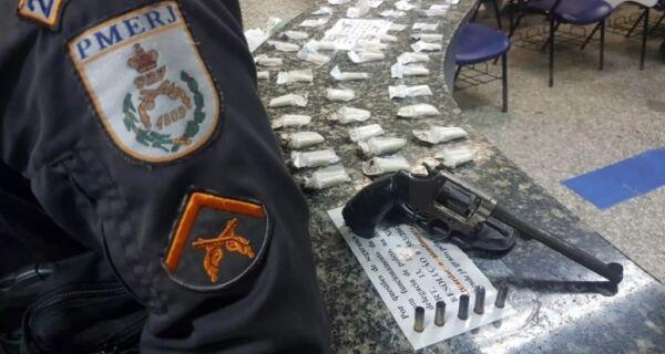 PM troca tiros, apreende armas e leva menor para a DP em Cabo Frio