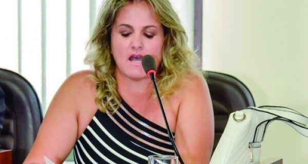Vereadora de Búzios tenta entrar em posto de saúde, guarda impede e vídeo viraliza