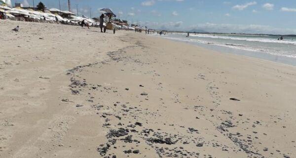 Óleo volta a aparecer na Praia do Peró e Bandeira Azul é retirada neste sábado