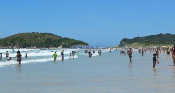 Petrobras coloca 130 pessoas para conter óleo no mar