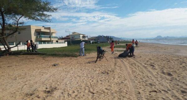 Equipes da Prefeitura de Cabo Frio e Petrobras fazem limpeza da areia da praia de Tamoios