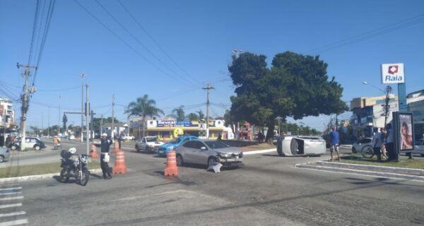 Carro capota e motorista fica ferida em acidente no trevo da Teixeira e Souza com Joaquim Nogueira em Cabo Frio