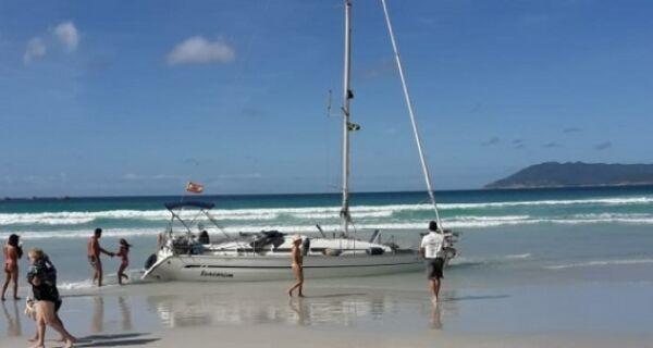 Navegador espanhol bate em rochas e veleiro encalha na Praia do Forte, em Cabo Frio