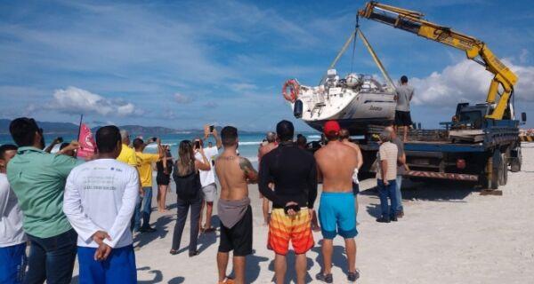 Operação retira veleiro encalhado da Praia do Forte