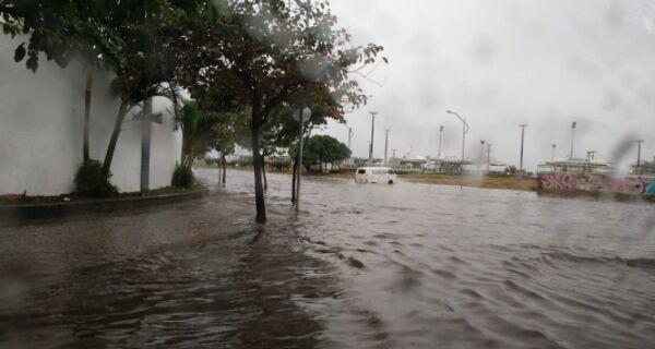Chuva alaga diversas ruas em Cabo Frio