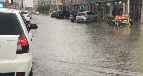 Chuva constante alaga ruas de toda a Região dos Lagos nesta sexta-feira