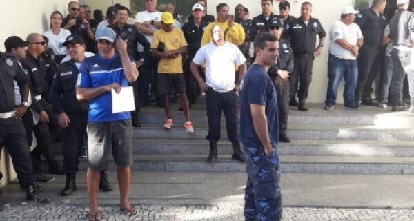 Guardas municipais protestam na Prefeitura de Cabo Frio por atraso salarial
